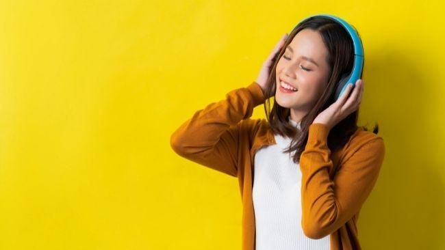 listen music headphone